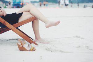Eliminer la corne des pieds et éviter les talons fendillés grâce à un baume réparateur