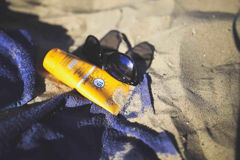 Des perturbateurs endocriniens parmi les filtres chimiques des produits solaires