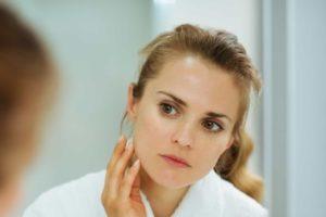 Traiter l'acné de façon douce grâce aux huiles végétales et essentielles